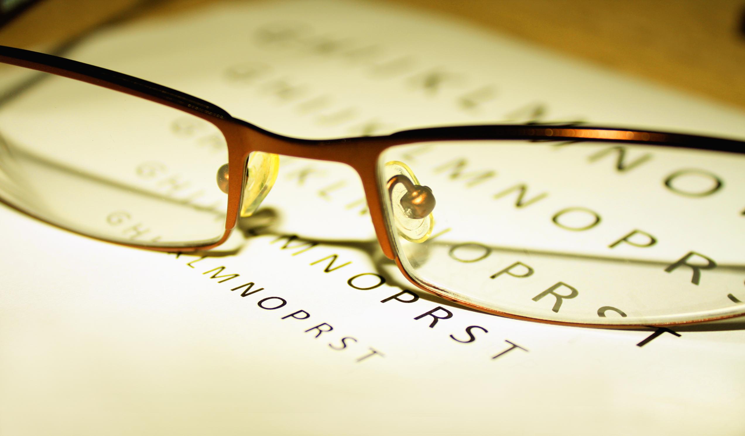 Port ochelari cu vedere bună)