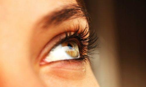 pete de vedere încețoșate în fața ochilor)