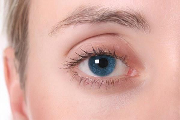 deficiența vizuală zboară în fața ochilor)