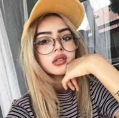 fata de ochelari hiperopie
