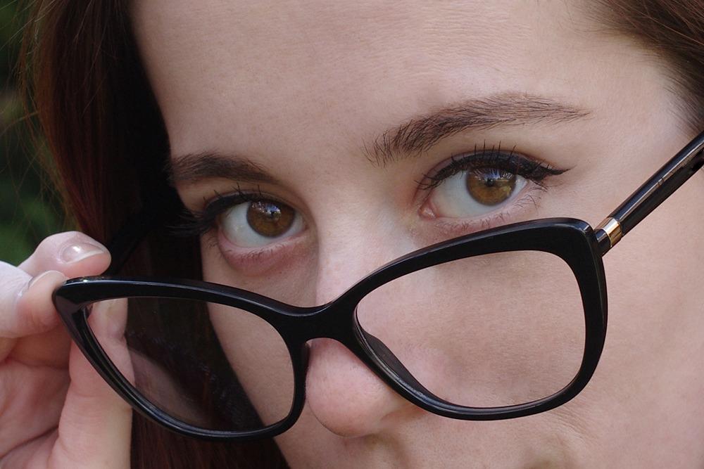cap și vedere neclare
