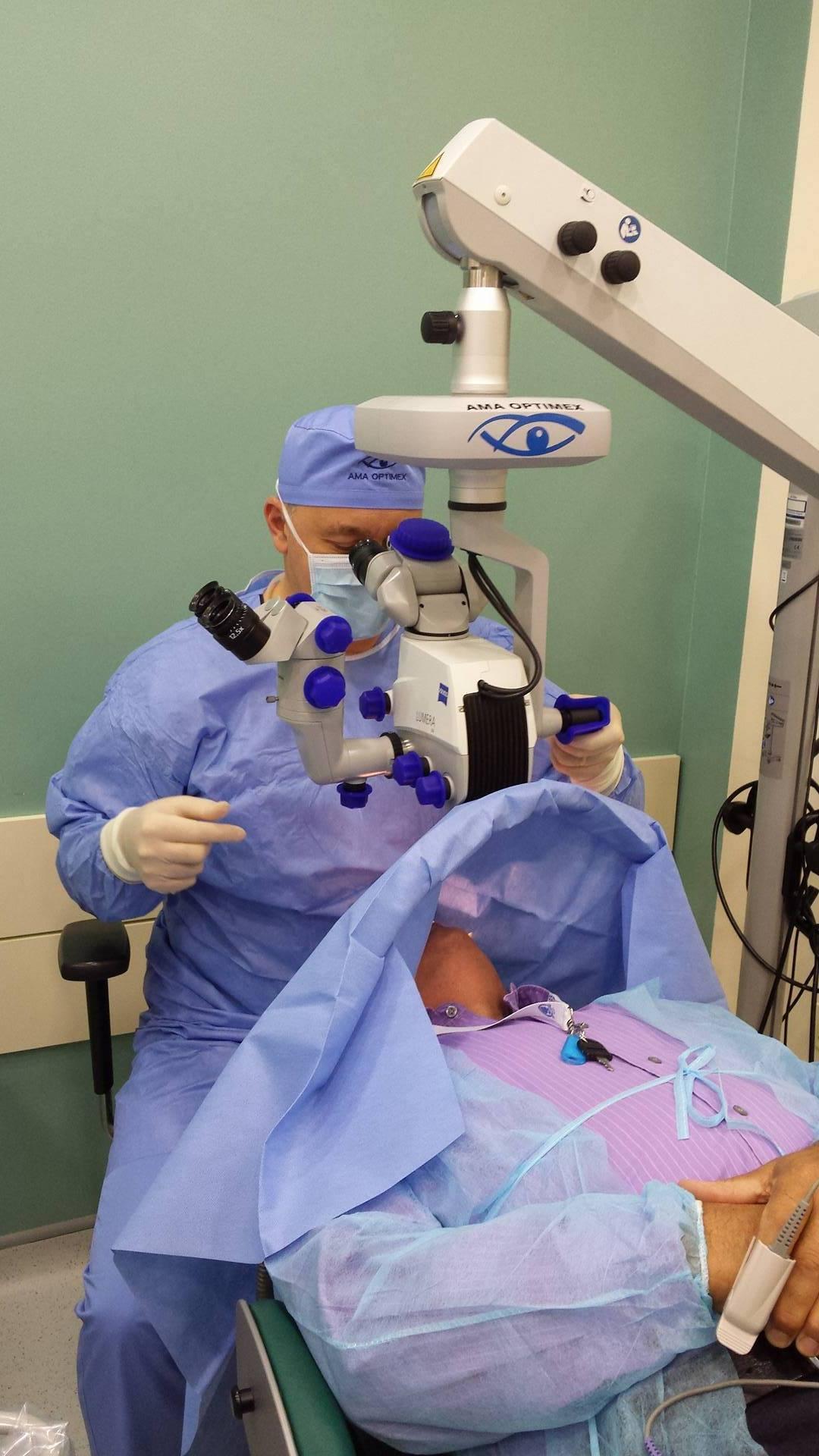 făcând operație oculară