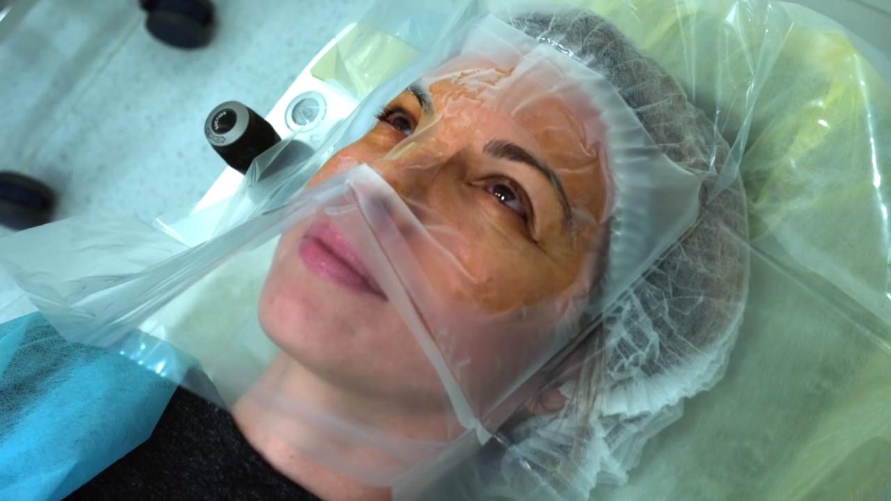 făcând operație oculară)