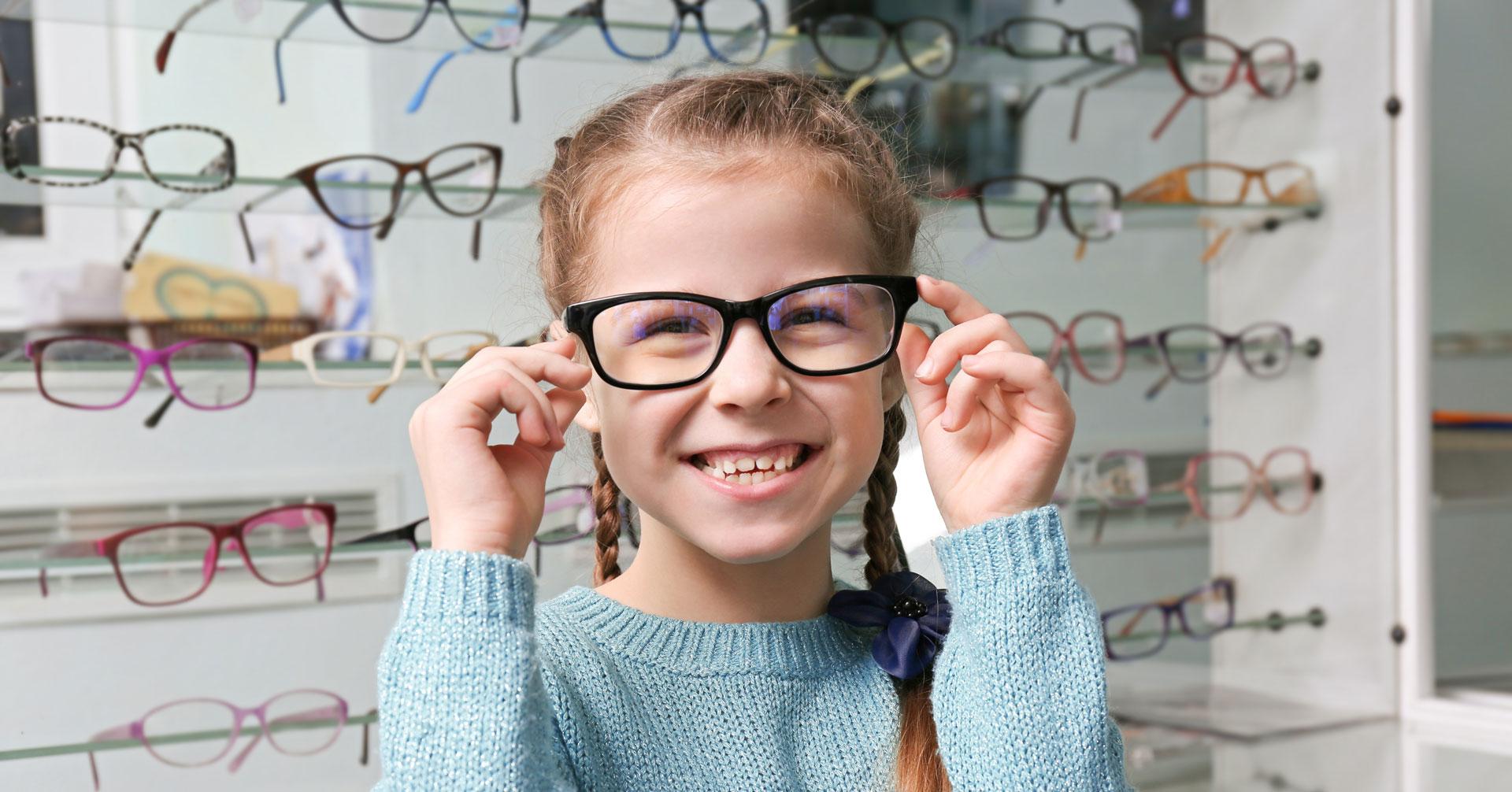 copiii își tratează ochii cu ochelari