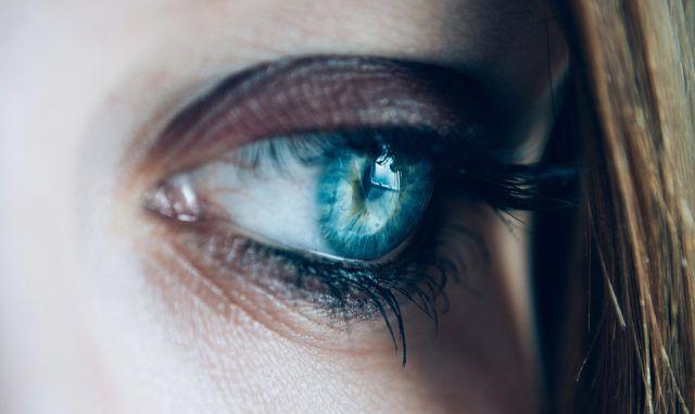 pete în fața ochilor; vedere încețoșată)