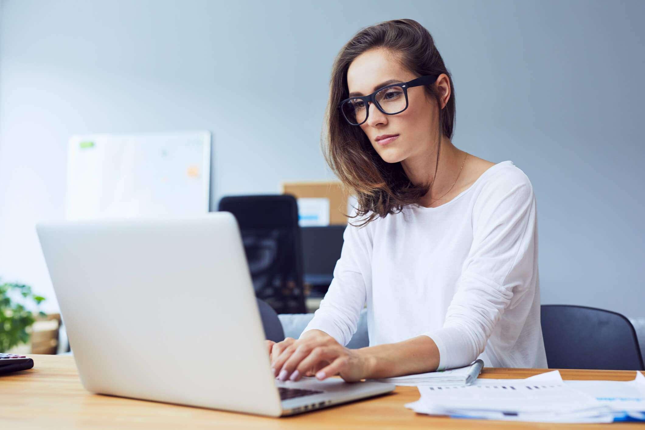 Folosiți des calculatorul? Află cât de mult vă afectează vederea!