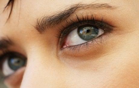 vedere încețoșată în fața cercului ochilor