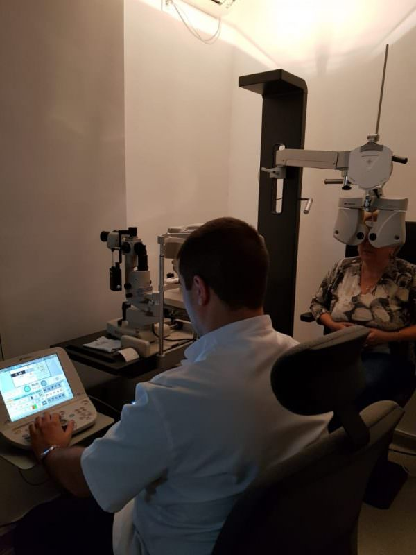 cu ajutorul cărora îmbunătățesc vederea)