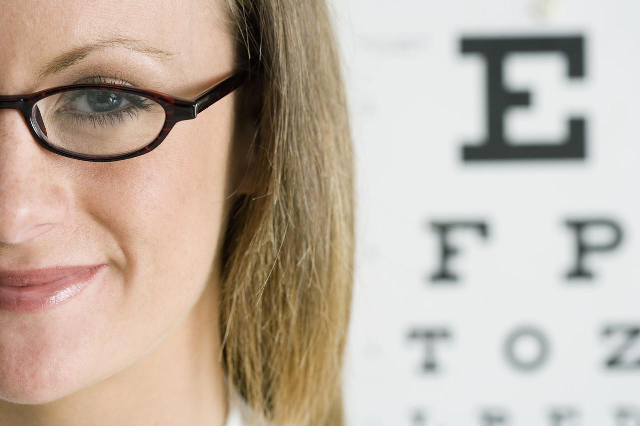 Port ochelari cu vedere bună